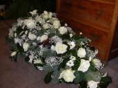 Arazsman fehér rózsával, fehér krizantémmel