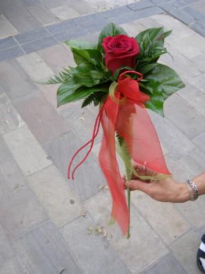 Bordó rózsa tölcsérben